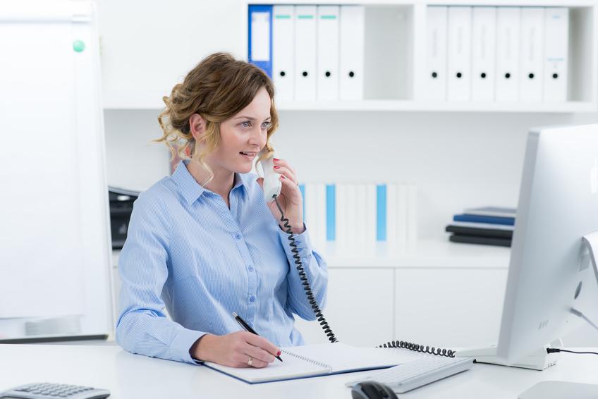 AFPS Formation femme qui téléphone